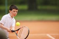 テニスをする男の子