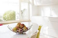キッチンテーブルに置いたリンゴ