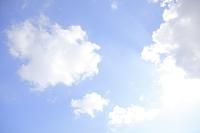 青空の雲と太陽