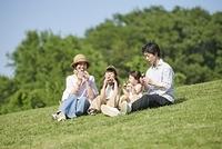 おにぎりを食べる日本人家族