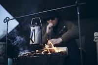ソロキャンプで火吹き棒を使う日本人男性