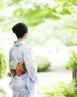 浴衣の日本人女性の後ろ姿