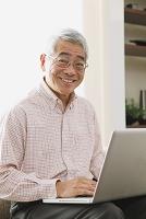 パソコンを見るシニアの日本人男性