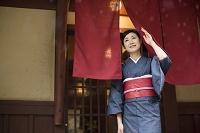 のれんをくぐる着物の日本人女性