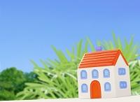 粘土の家と青空