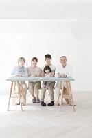 テーブルに座る日本人の三世代家族