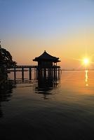 滋賀県 浮御堂と朝日に染まる琵琶湖