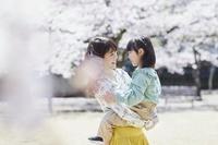 桜と笑顔の日本人親子