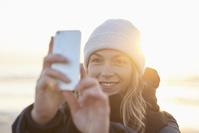 スマートフォンを構える女性