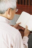 本を読むシニア日本人男性