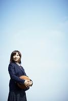 バスケットボールを持つ女子高生