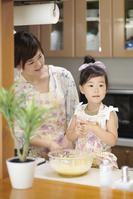 パンケーキを調理する母親と娘