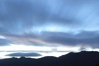 風たなびく山の黎明