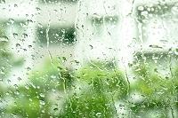 梅雨 窓ガラスと水滴