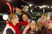 クリスマスパーティーを楽しむ若者