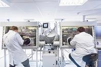 リチウムイオン電池を組み立てる科学者たち