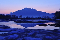 群馬県 上田代の地糖より望む夜明け前の燧ケ岳