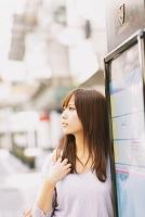 バス停にいる女性