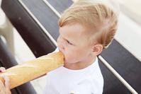 フランスパンを食べる女の子