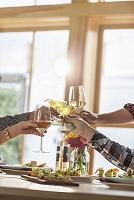 ワイングラスでの乾杯シーン