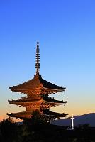 京都府 ライトアップした八坂の塔と京都タワー