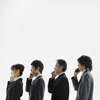 携帯電話を持つ日本人ビジネスパーソン