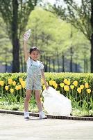 公園のゴミを拾う少女