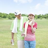 笑顔で立つ日本人夫婦