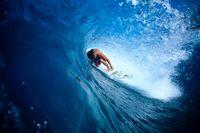 波のチューブとサーファー