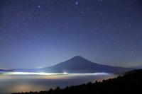 山梨県 高座山 雲海に浮かぶ未明の富士山と星空