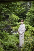 庭にいる着物を着た日本人女性