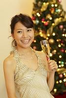 クリスマスパーティーを楽しむ女性