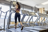 ジムでジョギングする外国人女性
