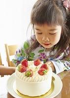 ケーキを見る女の子