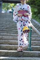 階段を降りる浴衣の女性