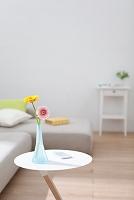 サイドテーブルの上の花とスマホ