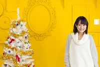 クリスマスツリーと日本人の女の子