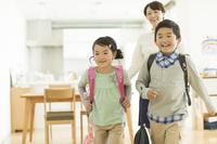 学校に行く日本人の兄弟
