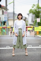 お出かけする若い日本人女性