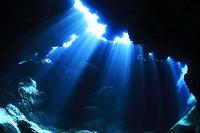 海中 光りの差し込む洞窟