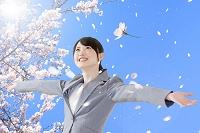 桜吹雪と手を広げる日本人女性