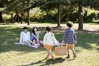 公園でピクニックする家族