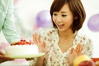 ケーキを見て驚く若い日本人女性