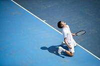 ガッツポーズするをテニスプレーヤー