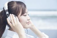 ヘッドホンで音楽を聴く女子高生