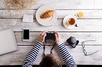 カメラの画像をチェックする女性