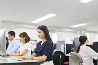 オフィスで働く日本人ビジネスウーマン