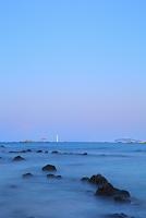 神奈川県 真名瀬海岸より望む夜明けの葉山灯台と江の島と相模湾