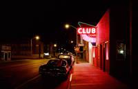 ネオンサインで照らされた夜のストリート