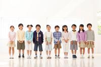 並んで歌っている日本人の子供たち